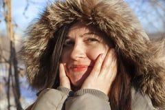 El retrato del ` s de la muchacha en el invierno en una capilla Fotos de archivo