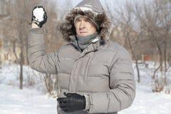 El retrato del ` s del individuo con la nieve en manos Fotografía de archivo libre de regalías