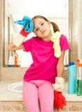 El retrato del trastorno cansó a la muchacha después de limpiar el cuarto de baño Fotografía de archivo