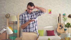 El retrato del trastorno decepcionó al hombre joven abrió el paquete almacen de video