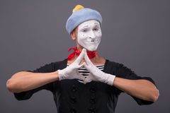 El retrato del varón imita con el sombrero gris y la cara blanca Foto de archivo libre de regalías