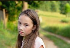 El retrato descontentó a la muchacha adolescente enojada cabreada con mala actitud Imagen de archivo