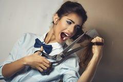 El retrato divertido de la mujer atractiva joven con scissor Imagen de archivo