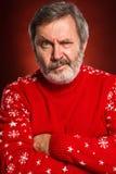 El retrato expresivo en fondo rojo de un hombre del pouter Foto de archivo
