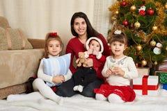 El retrato feliz de la familia en la decoración de la Navidad, concepto de las vacaciones de invierno, adornó el árbol de abeto y Imagen de archivo libre de regalías