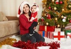 El retrato feliz de la familia en la decoración de la Navidad, concepto de las vacaciones de invierno, adornó el árbol de abeto y Foto de archivo libre de regalías