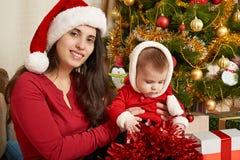 El retrato feliz de la familia en la decoración de la Navidad, concepto de las vacaciones de invierno, adornó el árbol de abeto y Fotografía de archivo libre de regalías