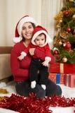 El retrato feliz de la familia en la decoración de la Navidad, concepto de las vacaciones de invierno, adornó el árbol de abeto y Foto de archivo
