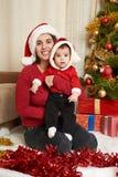 El retrato feliz de la familia en la decoración de la Navidad, concepto de las vacaciones de invierno, adornó el árbol de abeto y Imágenes de archivo libres de regalías