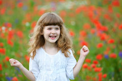 El retrato feliz y sonriente de la niña con los puños apretados aventaja Imagen de archivo libre de regalías