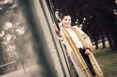El retrato femenino de la graduación en vestido académico está mirando forwa Imagenes de archivo