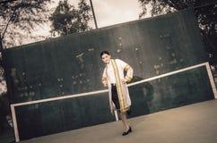 El retrato femenino de la graduación en vestido académico está mirando forwa Fotografía de archivo libre de regalías