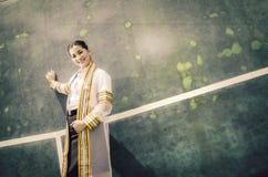 El retrato femenino de la graduación en vestido académico está mirando forwa Fotos de archivo libres de regalías