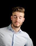 El retrato hermoso con la expresión confiada, ojos del hombre joven se cerró Imagen de archivo