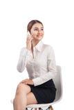 El retrato integral de la mujer de negocios asiática joven hermosa se sienta foto de archivo libre de regalías