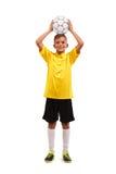 El retrato integral de un deportista joven que sostiene una bola sobre su cabeza aisló en un fondo blanco Imagen de archivo