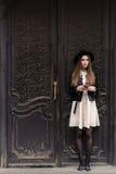 El retrato integral de una muchacha elegante del inconformista se vistió en teléfono de célula con clase de tenencia de la ropa m Foto de archivo libre de regalías