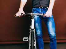 El retrato interior de jóvenes forma al hombre hermoso del inconformista con la bici del vintage Color caliente Cierre para arrib Fotografía de archivo libre de regalías