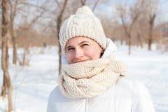 El retrato la muchacha en un invierno abajo-rellenó la capa Imágenes de archivo libres de regalías