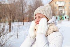El retrato la muchacha en un invierno abajo-rellenó la capa Foto de archivo libre de regalías