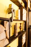 El retrato lateral del carne-interruptor colocado en los haces de madera adornados con los floreros y la leña en el café Fotografía de archivo