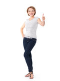 El retrato lleno de una mujer feliz adulta con los pulgares sube la muestra foto de archivo