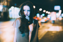 El retrato moreno magnífico atractivo de la muchacha en ciudad de la noche se enciende Foto de archivo
