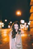 El retrato moreno magnífico atractivo de la muchacha en ciudad de la noche se enciende Fotografía de archivo libre de regalías