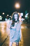 El retrato moreno magnífico atractivo de la muchacha en ciudad de la noche se enciende Imágenes de archivo libres de regalías