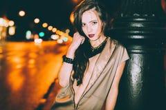 El retrato moreno magnífico atractivo de la muchacha en ciudad de la noche se enciende Fotos de archivo libres de regalías