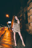 El retrato moreno magnífico atractivo de la muchacha en ciudad de la noche se enciende Imagen de archivo libre de regalías
