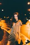El retrato moreno magnífico atractivo de la muchacha en ciudad de la noche se enciende Imagen de archivo