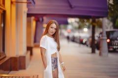 El retrato moreno magnífico atractivo de la muchacha en ciudad de la noche se enciende Fotos de archivo