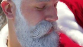 El retrato Papá Noel de la cara en gafas de sol se relaja el día de fiesta almacen de video