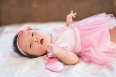 El retrato recién nacido con el vestido rosado y el corazón juegan Imagen de archivo libre de regalías