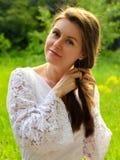 El retrato romántico de la muchacha en el vestido blanco en el parque imagen de archivo libre de regalías