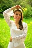 El retrato romántico de la muchacha en el vestido blanco en el parque foto de archivo libre de regalías