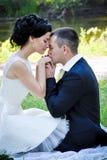 El retrato sensual al aire libre de pares hermosos jovenes en el amor que presenta en verano parquea al novio que besa a su novia Imagenes de archivo