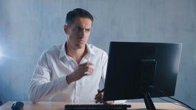 El retrato Shocked, hombre pasmado saca sus vidrios en sorpresa en oficina Hombre de negocios chocado por lo que él vio en metrajes