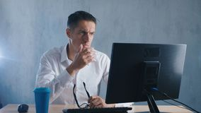 El retrato Shocked, hombre pasmado saca sus vidrios en sorpresa en oficina Hombre de negocios chocado por lo que él vio en almacen de metraje de vídeo