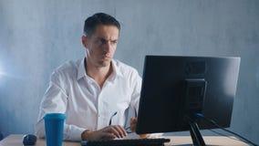 El retrato Shocked, hombre pasmado saca sus vidrios en sorpresa en oficina Hombre de negocios chocado por lo que él vio en almacen de video