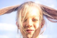 El retrato soleado sonriente dañoso divertido de la muchacha del niño con el pelo cortó felicidad del tonto del concepto de la fo foto de archivo libre de regalías