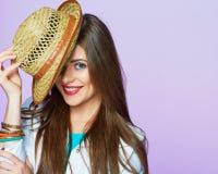 El retrato sonriente de la muchacha en estilo de vida de la moda mira Foto de archivo libre de regalías