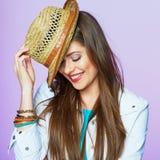 El retrato sonriente de la muchacha en estilo de vida de la moda mira Fotos de archivo libres de regalías