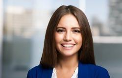 El retrato sonriente de la mujer, copia el espacio imagen de archivo