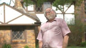 El retrato sonriente feliz del mayor de abuelo retiró al varón adulto maduro mayor almacen de metraje de vídeo