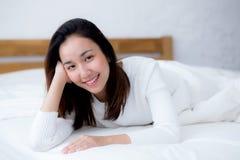 el retrato sonriente hermoso de la mujer de la mujer despierta madrugada Foto de archivo