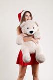 El retrato vertical del juguete de la muchacha de la Navidad refiere el fondo blanco Fotografía de archivo