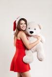 El retrato vertical del juguete de la muchacha de la Navidad refiere el fondo blanco Fotos de archivo