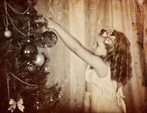 El retrato viejo retro del niño adorna en el árbol de navidad Fotografía de archivo